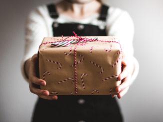 Empleados de Liberty donan regalos
